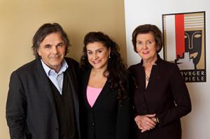 Cecilia Bartoli met links Markus Hinterhäuser, toekomstig intendant van de Salzburger Festspiele, en rechts Helga Rabl-Stadler, president van de Salzburger Festspiele (foto: Salzburger Festspiele / Julia Stix).