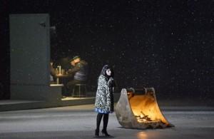 Scène met Grazia Doronzio als Mimì (foto: Monika Rittershaus).
