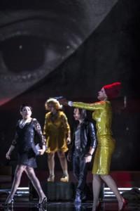 Scène met (van links naar rechts) Rinat Shaham, Julie Mathevet, Jean-Luc Ballestra en Barbara Hannigan (foto: Bernd Uhlig).