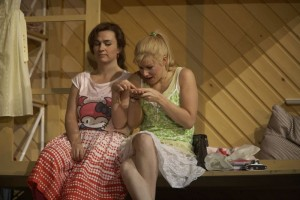 Maite Beaumont (links) als Dorabella, samen met Sally Matthews als Fiordiligi (foto: A.T. Schaefer).