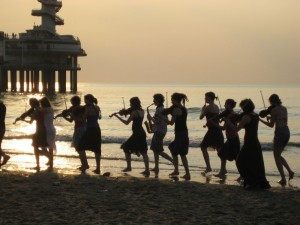 Het Ricciotti Ensemble bij Scheveningen (foto: Loes Bazen).