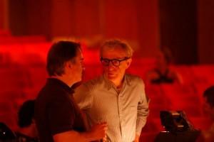Woody Allen bij de LA Opera in 2008, in gesprek met muzikaal directeur James Conlon tijdens een repetitie voor Gianni Schicchi (foto: Robert Millard).