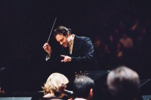 Sascha Goetzel aan het werk voor zijn Borusan Istanbul Philharmonic Orchestra (foto: Özge Balkan).