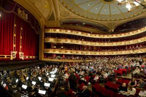 Het auditorium van het Royal Opera House (foto: ROH / Sim Canetty-Clarke).