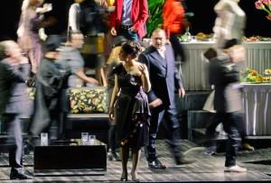 Scène uit La traviata bij het Opernhaus Zürich (foto: T + T Fotografie / Tanja Dorendorf).