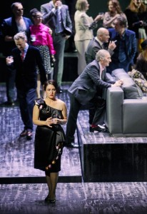 Scène uit La traviata (foto: T + T Fotografie / Tanja Dorendorf).