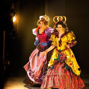 De zusjes Tisbe (Madieke Marjon) en Clorinda (Anna Emelianova) in actie (foto: Morten de Boer, Den Haag).