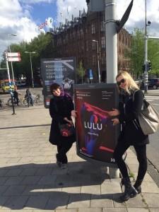 Larmore samen met Lulu-vertolkster Mojca Erdmann in Amsterdam.