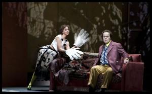 Mojca Erdmann als Lulu met Daniel Brenna als Alwa (foto: Clärchen & Matthias Baus).