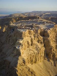 Luchtfoto van de berg Masada (foto: Andrew Shiva / CC BY SA 3.0).