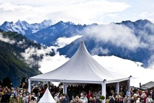 De grote concerten vinden in de Salle des Combins plaats, met een prachtig uitzicht op de omliggende bergen.