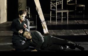 Scène uit Don Carlo met Anja Harteros en Alfred Kim (foto: Wilfried Hösl).