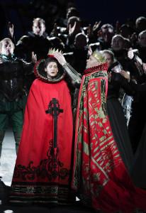 Scène uit Don Carlo, met Anja Harteros en René Pape (foto; Wilfried Hösl).