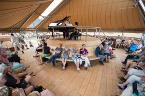 De optredens tijdens Wonderfeel vinden plaats in speciale tenten, waaronder deze akoestische paviljoens (foto: Nic Limper).