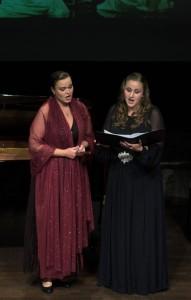 Olena Kumanovska en Sara Jo Benoot in een scène uit Pique Dame (foto: Vanessa Fichter).