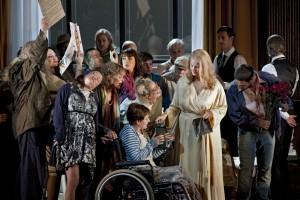 Scène uit Der Rosenkavalier, met in het midden Camilla Nylund als de Marschallin (foto: Clärchen&Matthias Baus).