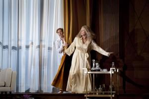 Camilla Nylund als de Marschallin in de nieuwe DNO-productie van Der Rosenkavalier, met links Paula Murrihy als Octavian (foto: Clärchen&Matthias Baus).
