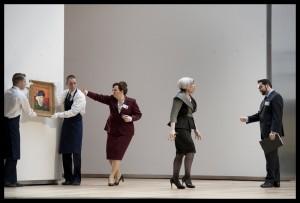 Carmen Giannattasio (tweede van rechts) in Il Viaggio a Reims bij De Nationale Opera (© Clärchen&Matthias Baus).