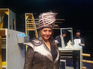 Carina Vinke in het decor van Gilgamesj.Superheld! (© Place de l'Opera).