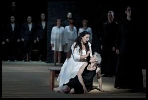Sylvie Brunet-Grupposo als La Grande Vestale en Alexandra Deshorties als Julia (© Clärchen en Matthias Baus).