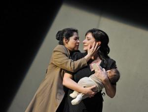 Rebeca Olvera en Cecilia Bartoli in Norma (© Hans Jörg Michel).