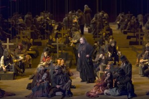 Scène uit Il trovatore, met Violeta Urmana als Azucena en het Koor van De Nationale Opera (© Ruth Walz).