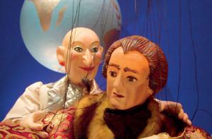 Scène uit De wonderbaarlijkse reis van Doctor Faust (© Amsterdams Marionetten Theater).