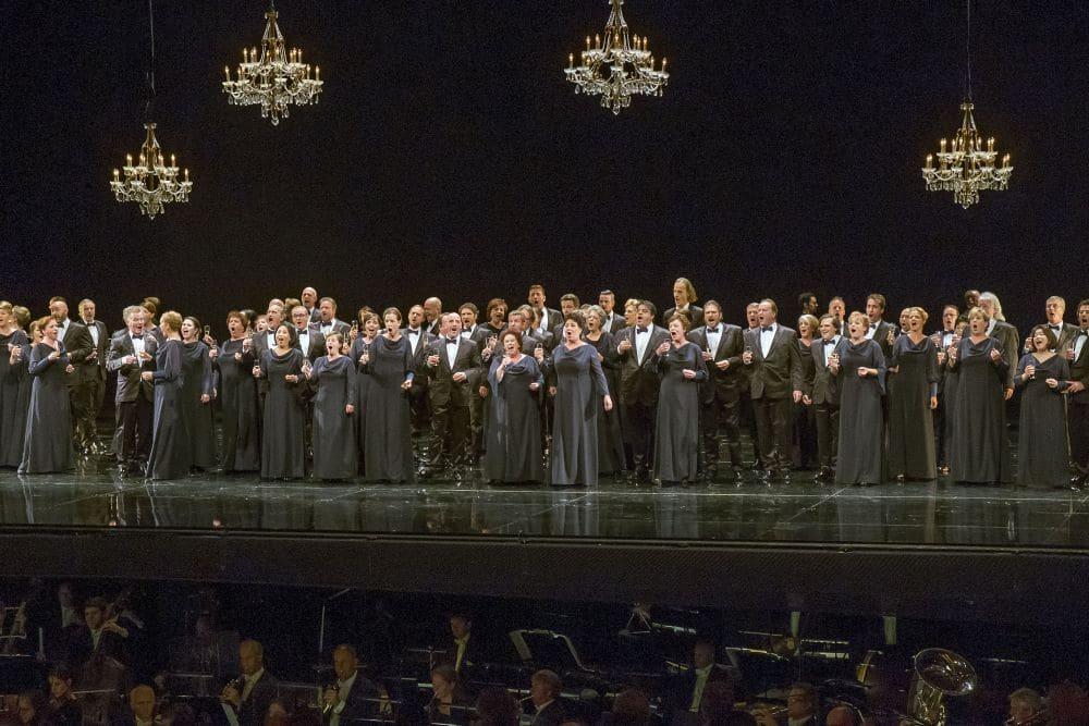 Het Koor van De Nationale Opera toonde zich klaar voor een scenische uitvoering van Vorst Igor (© Hans van den Bogaard).