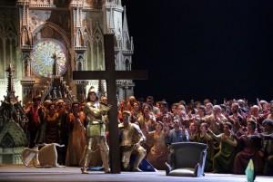 Scène uit Giovanna d'Arco, met bij het kruis Anna Netrebko (© Brescia Amisano / Teatro alla Scala).