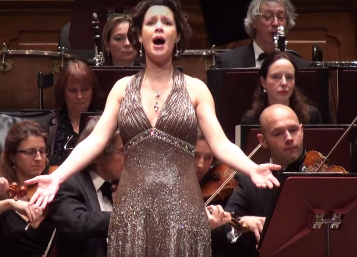 Lenneke Ruiten in concert bij Holland Symfonia (still uit videoclip).