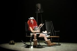 Lilian Farahani als Despina in Così fan tutte, geregisseerd door Lotte de Beer (© Coco Duivenvoorde).