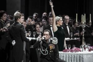 Scène uit Macbeth bij De Nationale Opera, een veelbesproken productie (© Bernd Uhlig).