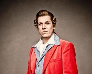 Peter Bording als Figaro bij de Nederlandse Reisopera (© Marco Borggreve).