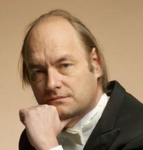 Jan Willem de Vriend geeft in Den Haag zijn lezing van Brahms' requiem (© Michiel van Nieuwkerk).