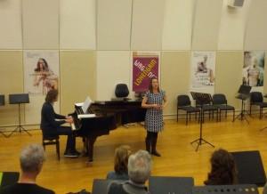 Grace Carter zingt voor, begeleid door Klaas-Jan de Groot. (© Place de l'Opera)