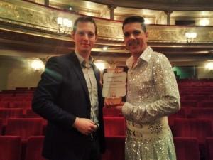 Direct na afloop van Kiss me, Kate kreeg Peter Bording in het auditorium van de Komische Oper (en gestoken in zijn Fred Graham-kostuum) de Schaunard Award 2015 overhandigd door Place de l'Opera-hoofdredacteur Jordi Kooiman (© Place de l'Opera).