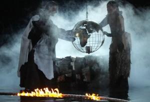 Scène uit de geënsceneerde uitvoering van SONNTAG aus LICHT in Keulen, 2011. (© Klaus Lefebvre)