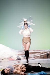 Nina Lejderman als Despina in Così fan tutte. (© Marco Borggreve / Nederlandse Reisopera)