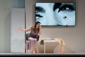 Anna Caterina Antonacci in La voix humaine. (© Opéra Royal de Wallonie / Lorraine Wauters)