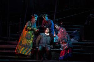 Marco Berti als Calaf, omringd door Ping, Pong en Pang. (© Marty Sohl / Metropolitan Opera)