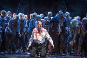 Scène uit Der Vampyr bij de Komische Oper Berlin. (© Iko Freese / drama-berlin.de)