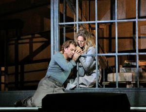 Roberto Alagna en Kristine Opolais in Manon Lescaut. (© Ken Howard / Metropolitan Opera)