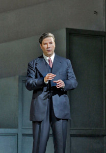 Massimo Cavalletti als Lescaut in Manon Lescaut. (© Ken Howard / Metropolitan Opera)