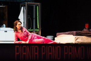 Maria Mudryak als Giulia in La scala di seta. (© Lorraine Wauters / Opéra Royal de Wallonie)