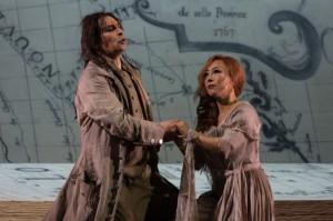 Enrico Casari en Sumi Jo als Des Grieux en Manon Lescaut. (© Lorraine Wauters / Opéra Royal de Wallonie)