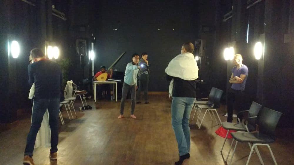 Keith Pun in actie tijdens de repetitie, met rechts Timothy Nelson. (© Place de l'Opera)