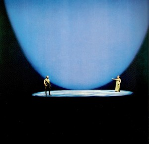 Wieland Wagner wordt door velen gezien als degene die aan de wieg heeft gestaan van het regietheater. Op deze afbeelding neemt Siegfried afscheid van Brünnhilde in Götterdämmerung, 1968.