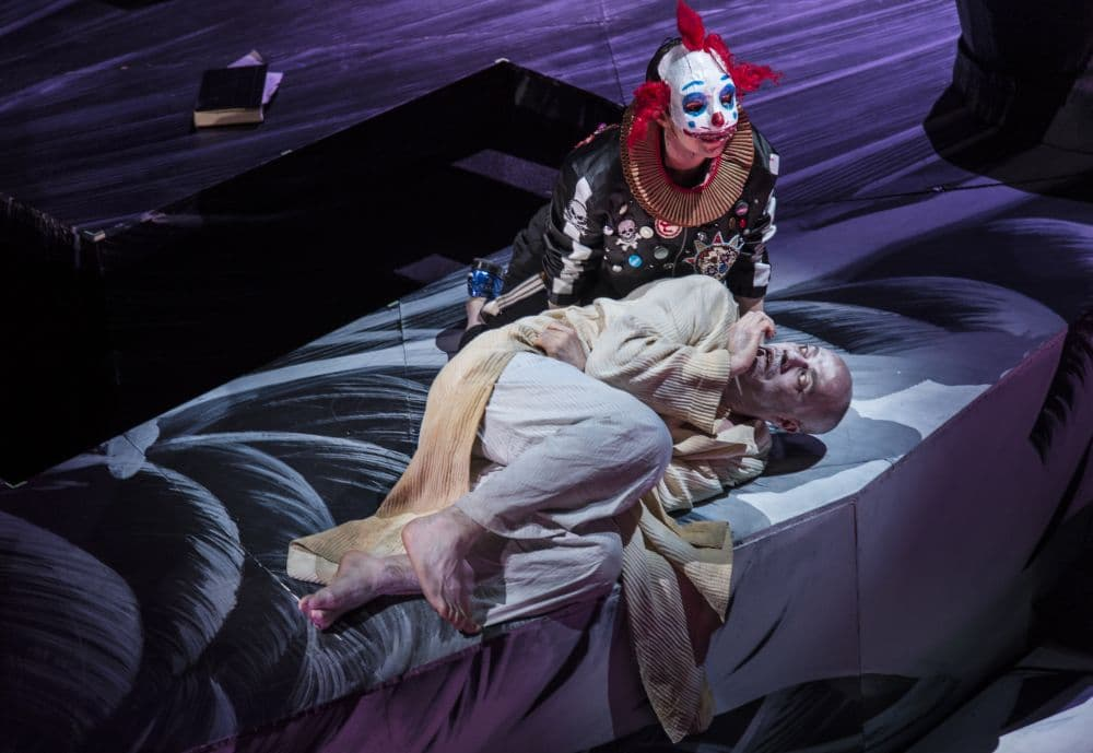 Lindsay Kesselman (A boy) en Leigh Melrose (Athanasius Kircher) in Theatre of the World. (© Ruth Walz)