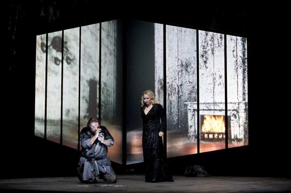 Simon O'Neill en Anja Kampe als Siegmund en Sieglinde in Die Walküre bij de Staatsoper Berlin. (© Monika Rittershaus)