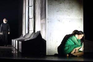 Aleksandra Kurzak als Rachel, met op de achtergrond John Osborn als Léopold. (© Wilfried Hösl)